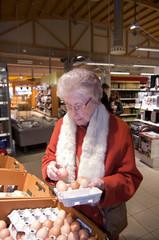 ältere Dame im Supermarkt