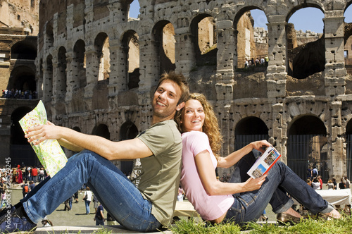 coppia si guarda e sorride