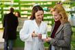 Leinwandbild Motiv Apothekerin erklärt Medikament