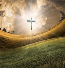 Krzyż promieniuje światło w niebie