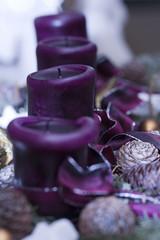 Lilafarbenes Adventsgesteck