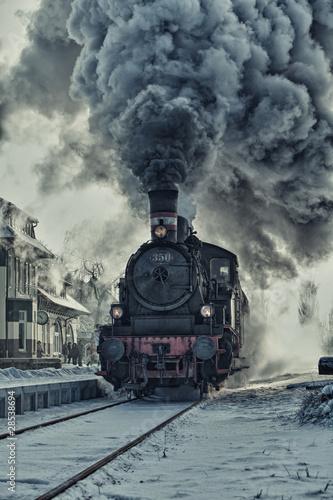 Fototapeta Dampflok im Schnee - Bahnhof