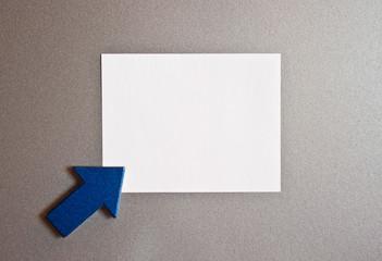 Blauer Pfeil mit weissem Blatt