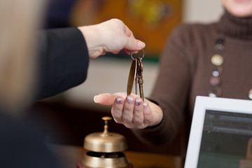 hotelgast bekommt schlüssel