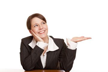 Frau hält Handfläche für freie Werbefläche und blickt nach oben