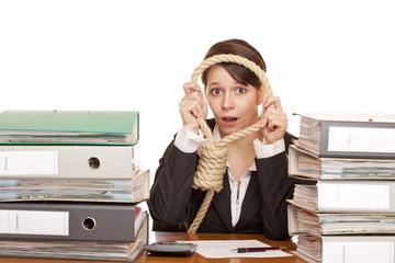 Frau im Büro ist verzweifelt und legt Strick um den Hals für Sel