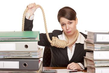 Frau im Büro mit Schlinge um Kopf begeht wg. Konkurs Selbstmord
