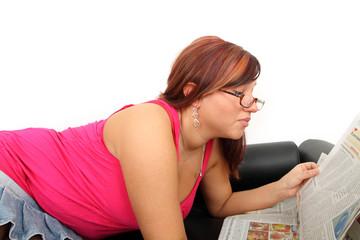 junge Frau beim Zeitung lesen