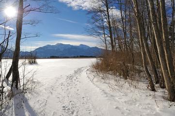 Winterlicher Wanderweg im Loisachtal