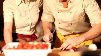 Profi Koch schneidet eine Zwiebel