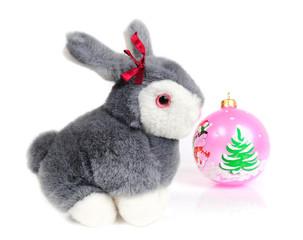Кролик и ёлочная игрушка