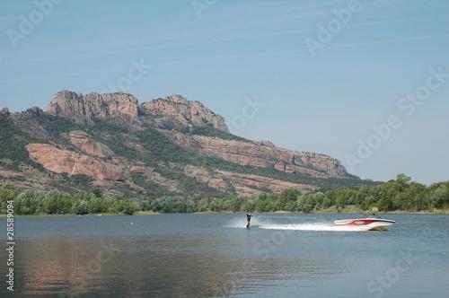 Fotobehang Water Motorsp. ski nautique sur le lac de l'Aréna à Roquebrune sur Argens