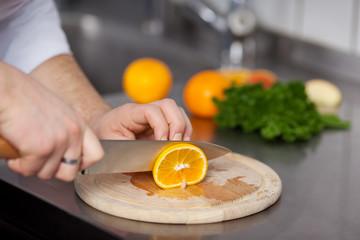 koch schneidet orange