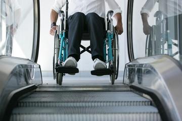 Handicap escalier mécanique