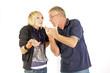 Vater und Tochter am diskutieren