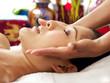 schöne frau erhält gesichts massage