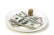 Dólares  y monedas en plato