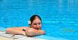 Mädchen mit Blumen in den Pool