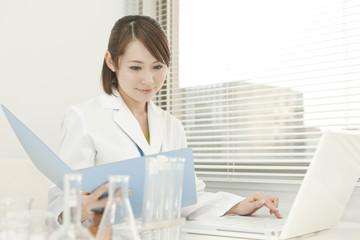 研究をする若い女性
