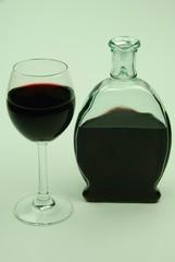 Rotwein in Flasche und Glas