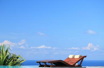 lit de soleil pour un duo romantique au bord de piscine