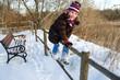 Mädchen klettert auf Zaun im Winter