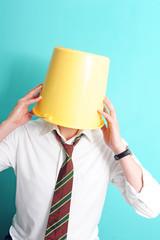 Ein gelber Eimer als Hut