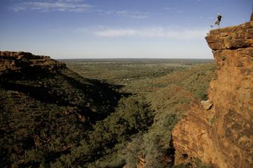hombre en acantilado paisaje