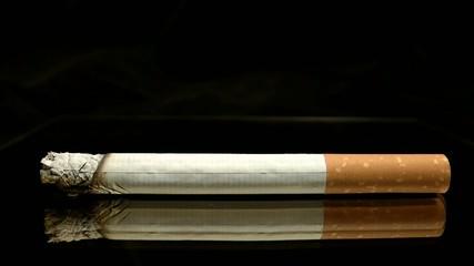 Zigarette mit seitlicher Ansicht brennt im Zeitraffer ab