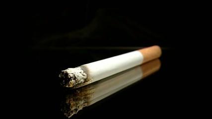 Zigarette mit ansicht von vorne brennt im Zeitraffer ab