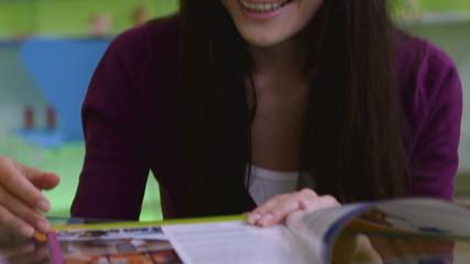 Красивая девушка говорит с менеджером и смотрит журнал