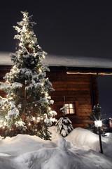 chalet con albero di natale e neve