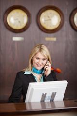rezeptionistin mit telefon und computer