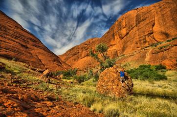 hombre escalando roca naranja