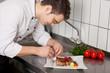 junger koch bei der arbeit