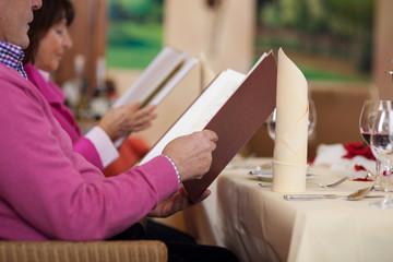 ehepaar liest speisekarte im restaurant