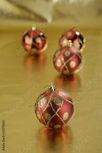 Bolas decorativas de navidad rojas sobre fondo dorado de - Bolas de navidad rojas ...
