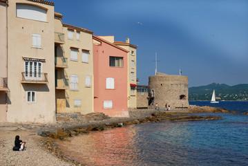 Plage et maisons de Saint Tropez sur la côte d'Azur en France