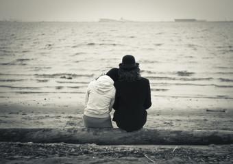 Влюблённая пара на море.