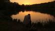 Detaily fotografie Zadní pohled na rybáře, posezení u rybníka v parku
