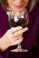 frau genießt rotwein
