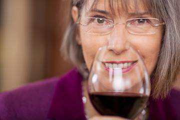 gepflegte frau mit rotwein