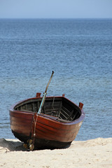 Holzboot am Ostseestrand. Wooden boat on the Baltic beach.