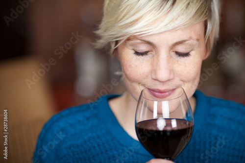 lächelnde frau genießt rotwein - 28738604