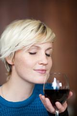 blonde frau mit rotwein