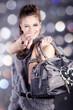 Beauty Brünette mit Handtasche zeigt mit Finger, hoch