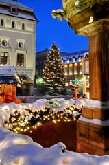 Weihnachtliches Lüneburg, angestrahltes Rathaus und Brunnen 1