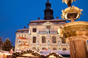Weihnachtliches Lüneburg, angestrahltes Rathaus und Brunnen 3
