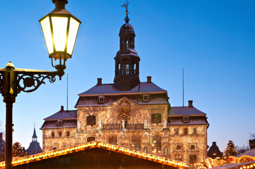 Weihnachtliches Lüneburg: Rathaus und Weihnachtsmarkt