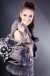 Beauty Brünette lächelnd mit Handtasche, hoch